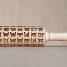 Váleček na těsto s vylaserovaným motivem motýlů.