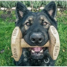 Aportovací činka ze dřeva pro velkého psa s vylaserovaným jménem psa o hmotnosti 650 gramů po 6 mesících používání