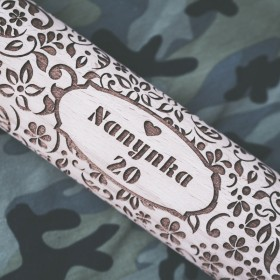 Originální dárek s vyrytým jménem do těla embosovaného válečku s květinovým vzorem