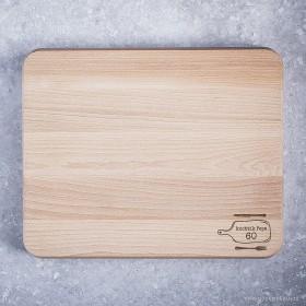 Originální kuchyňské prkénko se jménem vygravírovaném do bukového těla masivní krájecí desky.