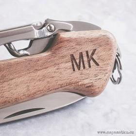 Detail gravírování monogramu a jména do dřevěné střenky švýcarského nože Victorinox Wine Master.