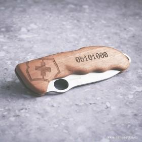 Lovecký nůž Victorinox s věnováním vygravírovaným do ořechové střenky je originální dárek pro muže ke kulatým narozeninám