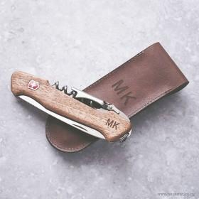 Gravírování vlastního motivu na kožený obal i ořechovou střenku švýcarského nože na víno Victorinox Wine Master se jménem
