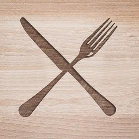 Originálním svatebním darem s iniciály je masivní kuchyňské krájecí prkénko s gravírováním vlastního motivu