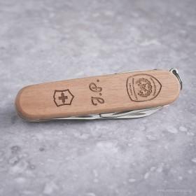 Dárek pro kolegu hasiče se jménem a věnováním vyrytým do švýcarského kapesního nože Spartan Wood.