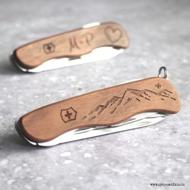 Praktický dárek pro cestovatele s věnováním na multifunkčním švýcarském noži Victorinox