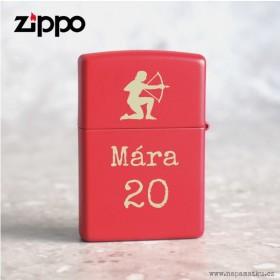 Červený Zippo zapalovač se jménem a věnováním je skvělým dárkem k narozeninám