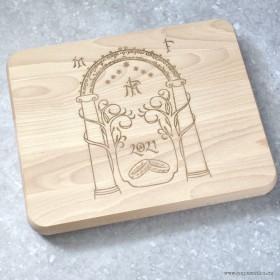 Svatební dar masivní krájecí prkénko s gravírováním vlastního motivu, krterý si zákazník sám navrhne na stránce produktu