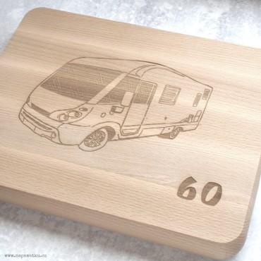 Masivní krájecí deska s gravírováním vlastního motivu je originálním dárkem ke kulatým 60. narozeninám