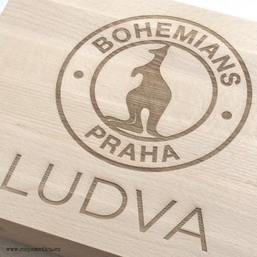 Dárek pro kamaráda se jménem a logem Bohemians Praha na masivní krájecí desce na maso
